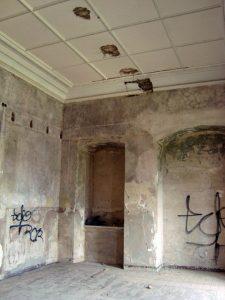 Graffiti und Deckenschäden im historischen Herrenhaus Posterstein.