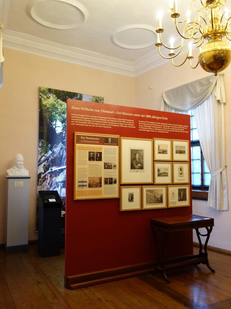 Blick in die Ausstellung zur Europäischen Salongeschichte im Museum Burg Posterstein in Thüringen.