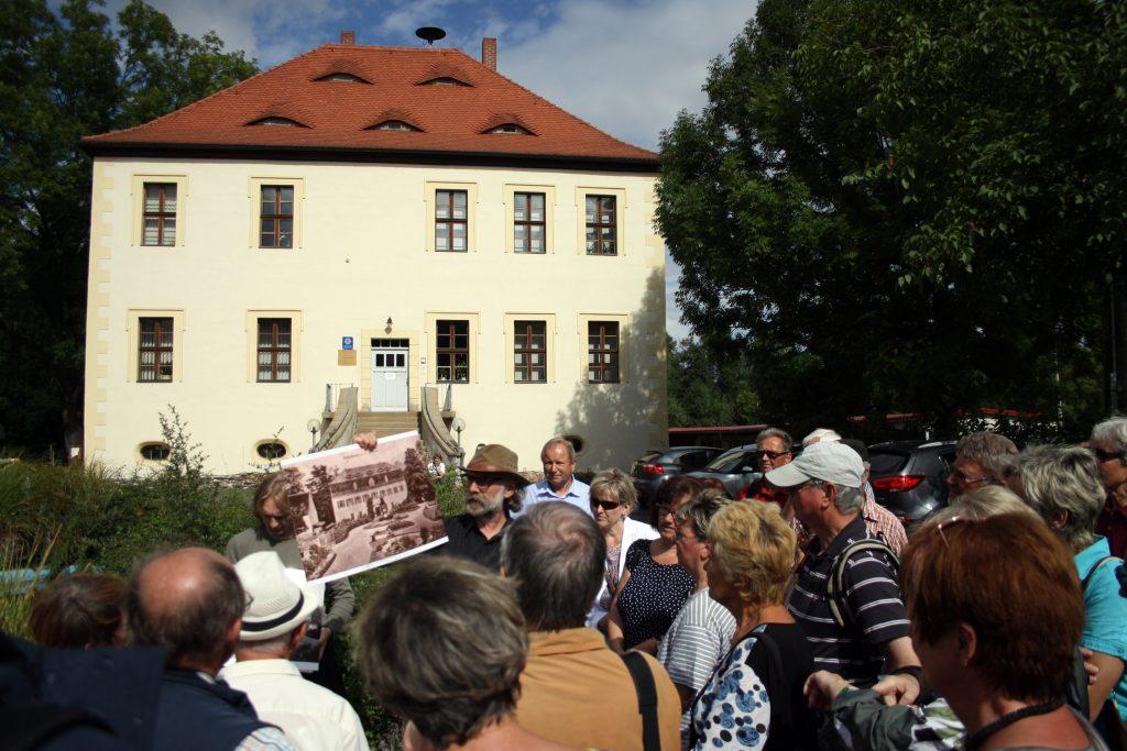Wanderung auf den Spuren Hans Wilhelm von Thümmels - hier am ehemaligen Herrenhaus (Museum Burg Posterstein 2016)