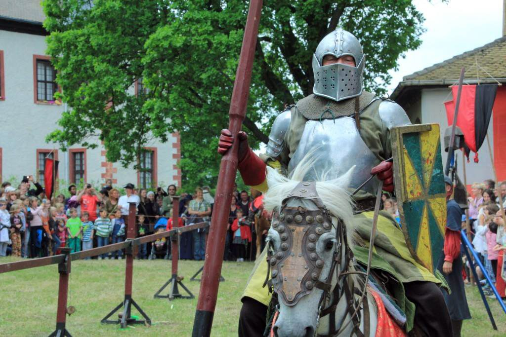 Das Wort Ritter kommt von Reiter. Sein Pferd war einem Ritter besonders wichtig.