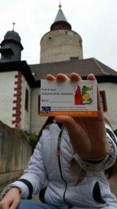 Bei erfolgreich absolvierter Schatzsuche oder Rätseljagd erhielten die Teilnehmer den Schatzsucher-Ausweis der Burggeister Posti und Stein.