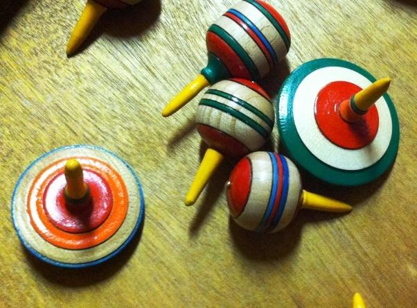 Der Kreisel war schon im Mittelalter ein beliebtes Spielzeug. Bis heute hat er von seinem Reiz nichts verloren