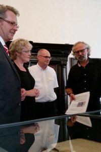 Spendenübergabe in der Dauerausstellung des Museums.