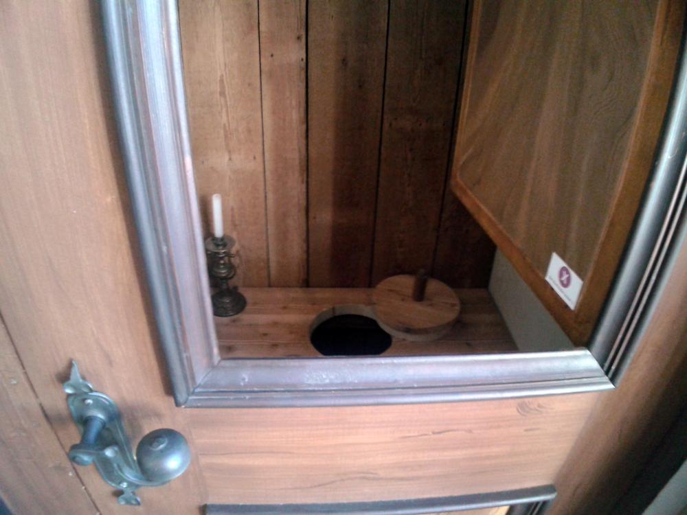"""Seit Eröffnung der Kinderburg-Ausstellung gibt es die Möglichkeit das """"Heymlich Gemach"""", die Rekonstruktion der Toilette im Aborterker der Burg Posterstein, anzusehen."""