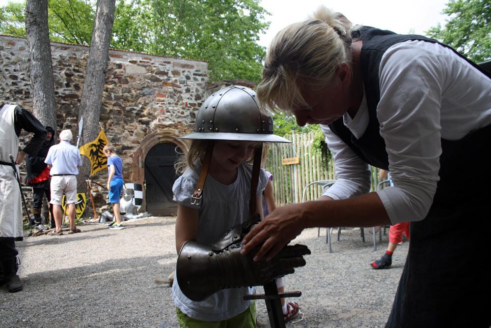 Schon im Vorfeld der Kinderburg-Ausstellung gab es für junge Besucher viel zu entdecken: Hier durften Kinder die Ausrüstung der Ritterschaft von Hohenstein testen.