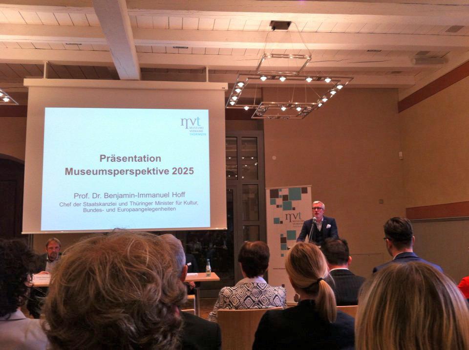 Der Chef der Thüringer Staatskanzlei und Kulturminister Prof. Dr. Benjamin-Immanuel Hoff stellte auf dem Verbandstag des Thüringer Museumsverbands die Thüringer Museumsperspektive 2025 vor.