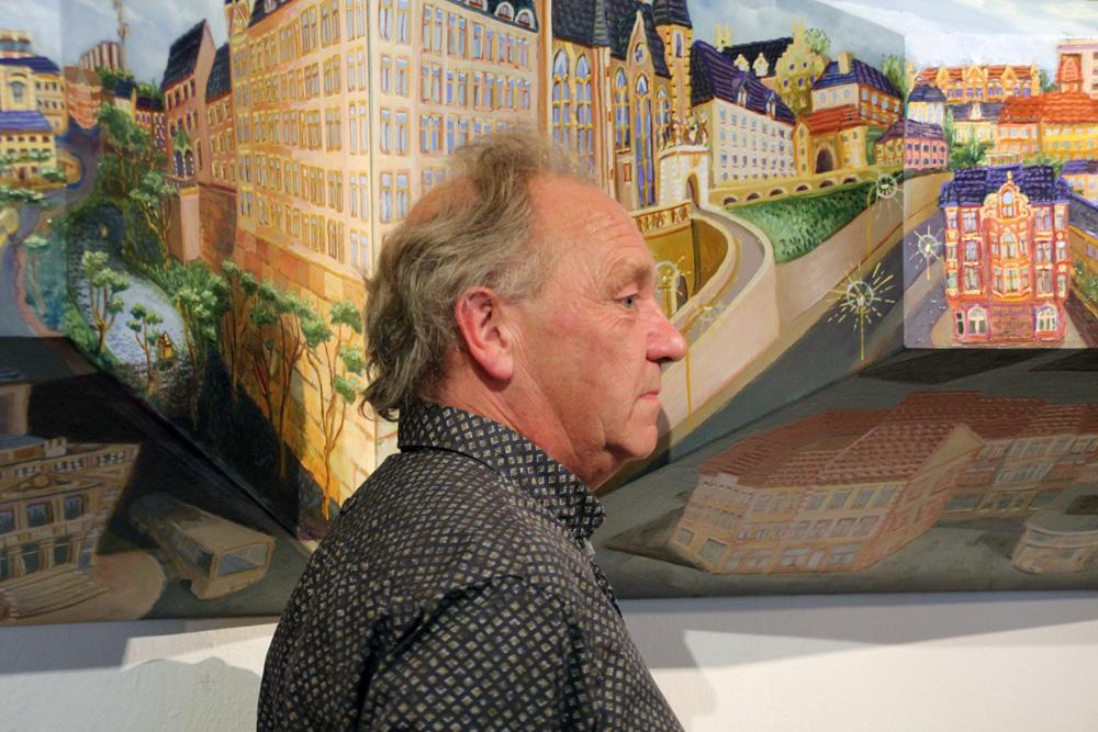 """Anthony Lowe vor seinem ungewöhnlichen Altenburg-Panorama """"Noddy Town"""""""