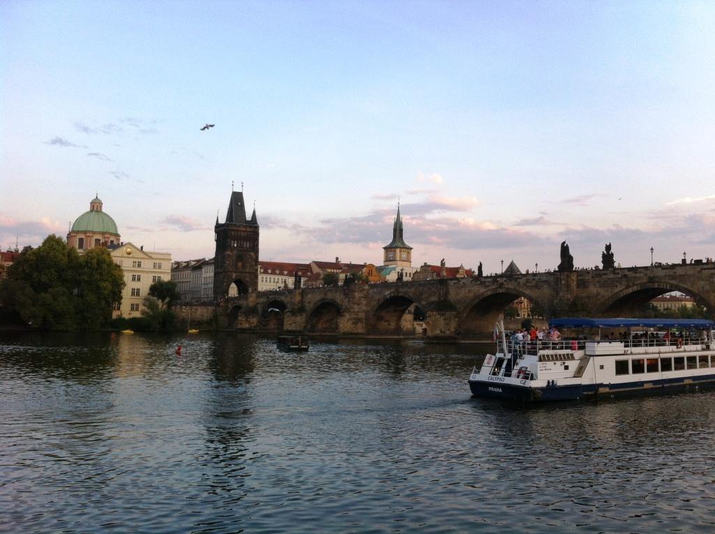 Prag vom Wasser aus gesehen.