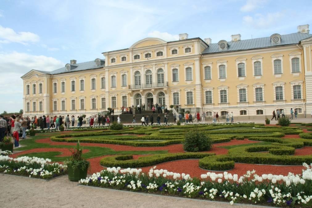 1735 erwarb der kurländische Herzog Ernst Johann von Biron das Gut Rundãle und ließ es als Sommerresidenz ausbauen. Baumeister war Francesco Bartolomeo Rastrelli, ein italienischer Architekt, der auch das Winterpalais in St. Petersburg errichtete.