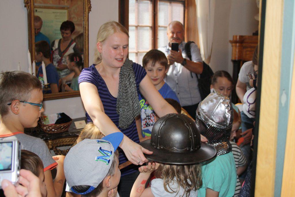 Franziska Engemann bei einer Familienführung durch die Burg Posterstein.