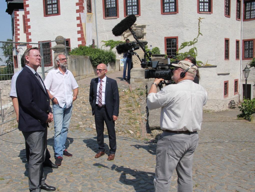 Thüringens Ministerpräsident Bodo Ramelow zusammen mit Museumsdirektor Klaus Hofmann und Landrat Uwe Melzer (von links) auf dem Postersteiner Burgberg.