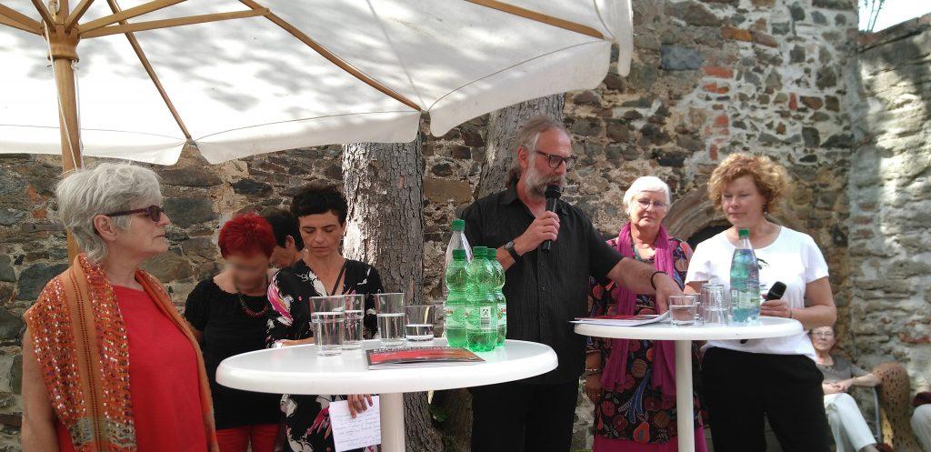 Ausstellungseröffnung mit vier Künstlerinnen aus drei Ländern - von links: Verok Gnos aus Frankreich, Marta Pabian aus Polen (4.v.r.) sowie Petra Herrmann und Jana Borath aus Deutschland.