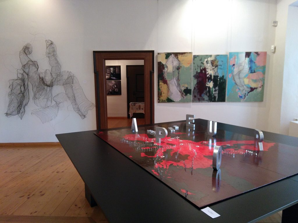 Blick in die Sonderausstellung #SalonEuropa im Hier und Jetzt mit Werken von Verok Gnos und Marta Pabian.