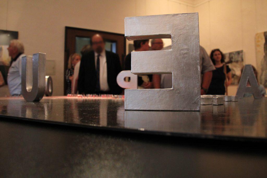 """Das Werk """"Europa"""" von Verok Gnos nimmt den ersten Raum der Ausstellung im Museum Burg Posterstein ein."""