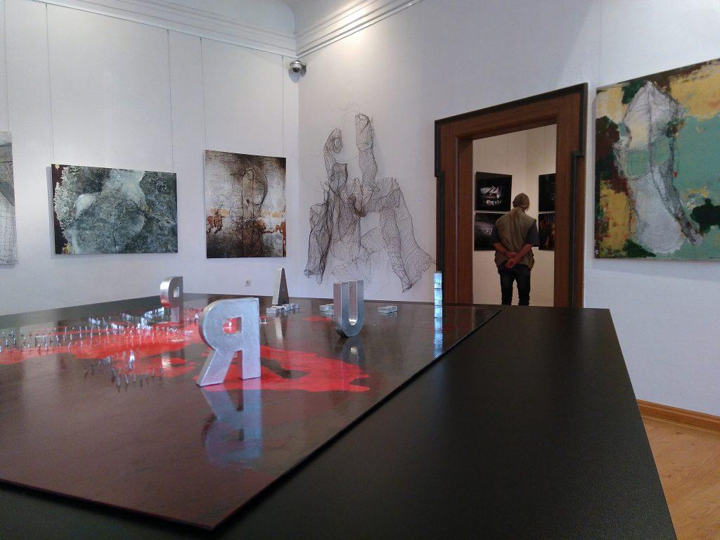 Marta Pabians Installationen aus Draht und ihre Gemälde und Fotografiken in der Postersteinr Ausstellung.