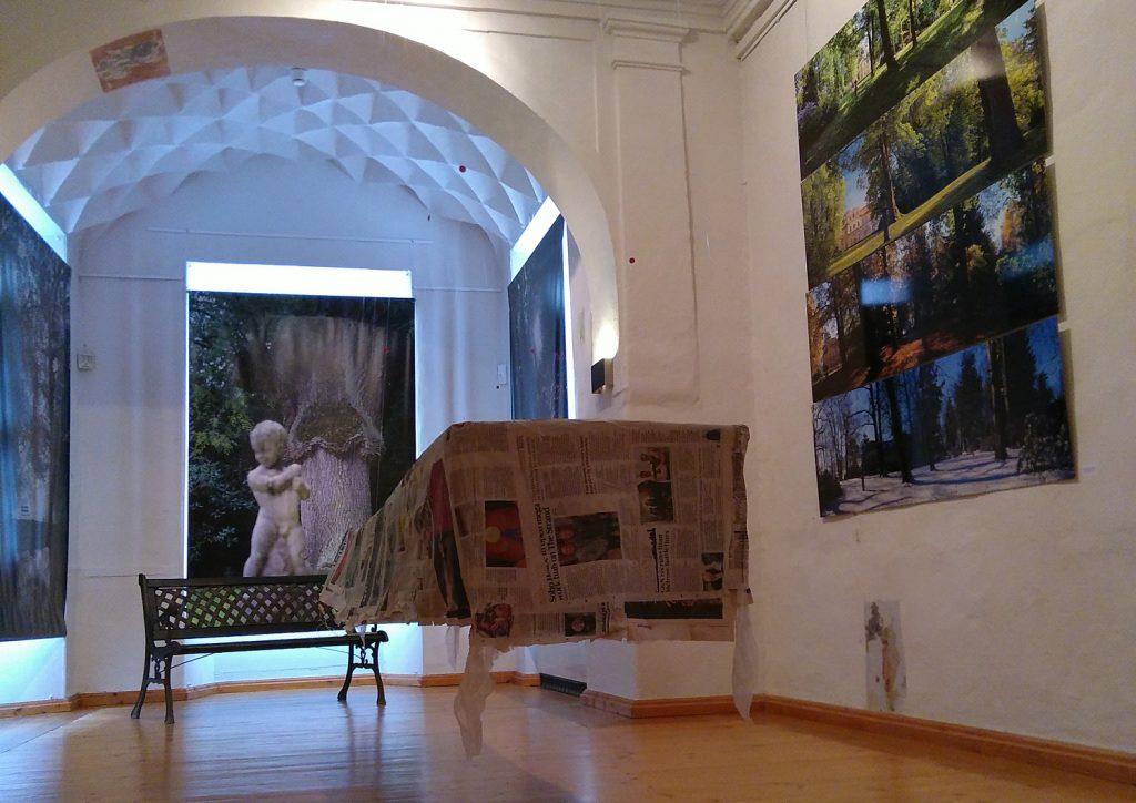 Petra Herrmanns fragiler, schwebender Tisch symbolisiert Europa.