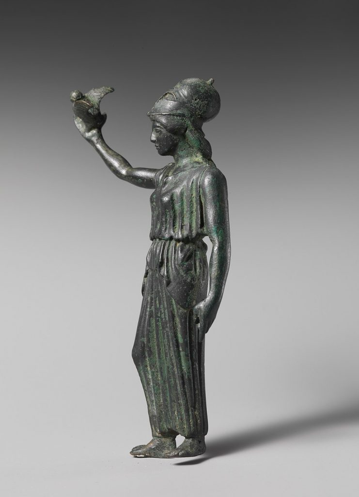 Bildunterschrift: die Eule der Minerva beginnt erst mit der einbrechenden Dämmerung ihren Flug; Athena mit der Eule Minerva, heute im Metropolitan Museum of Art [CC0], via Wikimedia Commons
