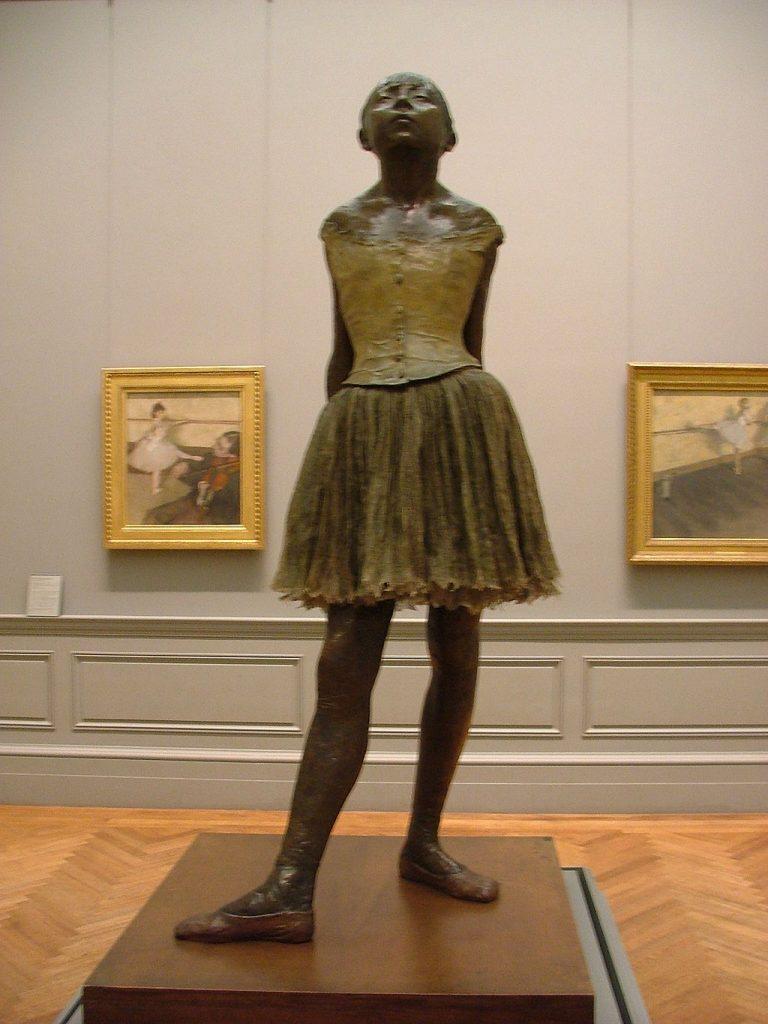 Bildunterschrift: Stolz, selbstbewußt und im echten Tütü berührt sie den Betrachtenden noch 150 Jahre später; Edgar Degas, die Tänzerin, heute Musée d'Orsay [CC0] via Wikimedia Commons