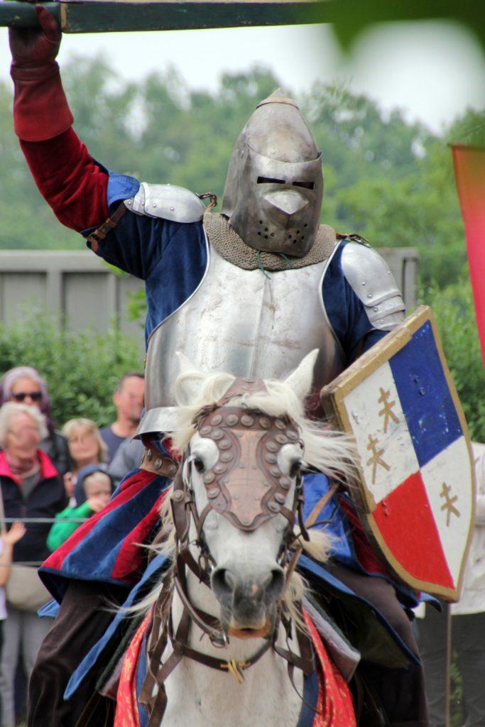 Ritter und Pferd gehören zusammen - oder? (Foto von den Ritterspielen, die jedes Jahr zu Pfingsten auf Burg Posterstein stattfinden)