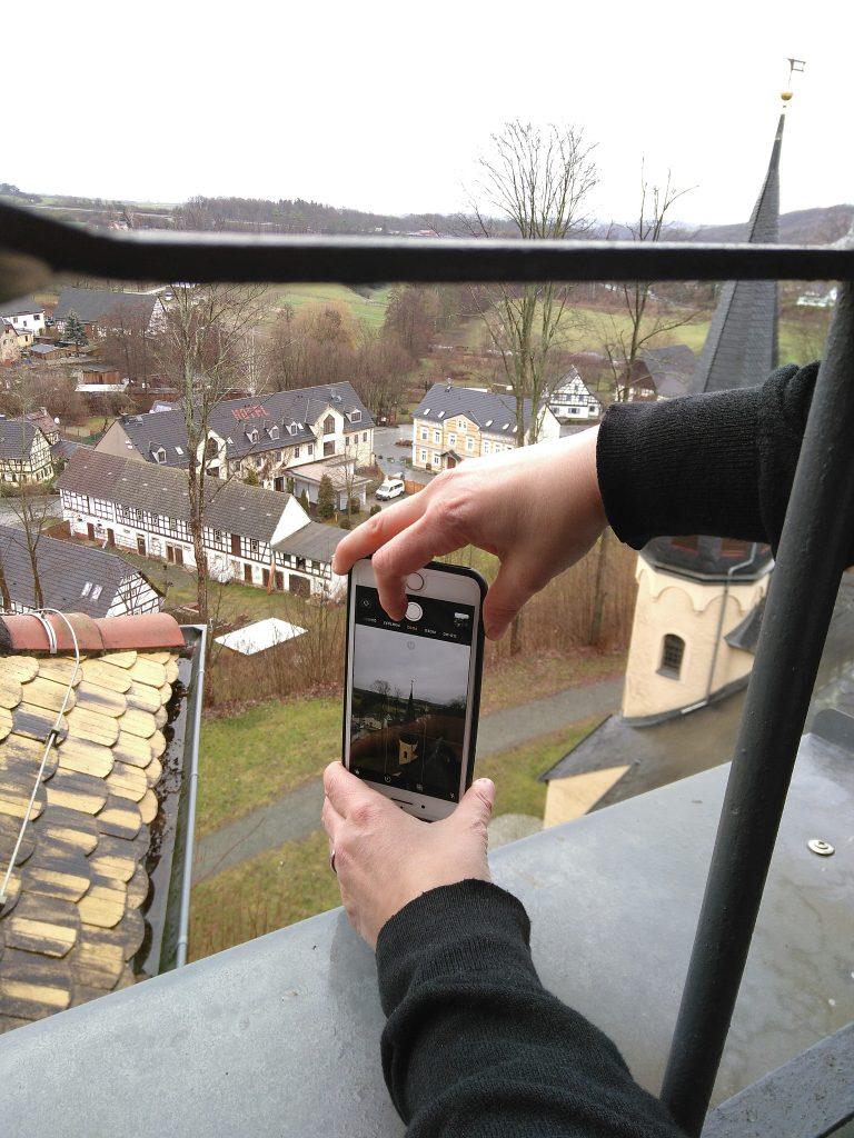 Auch mit dem Smartphone kann man ganz passable Bilder machen. Wie das geht und wie man sie am Telefon bearbeitet und auf Instagram teilt, erklärte Melanie Kahl von Fototour Thüringen beim Smartphone-Fotokurs auf Burg Posterstein.