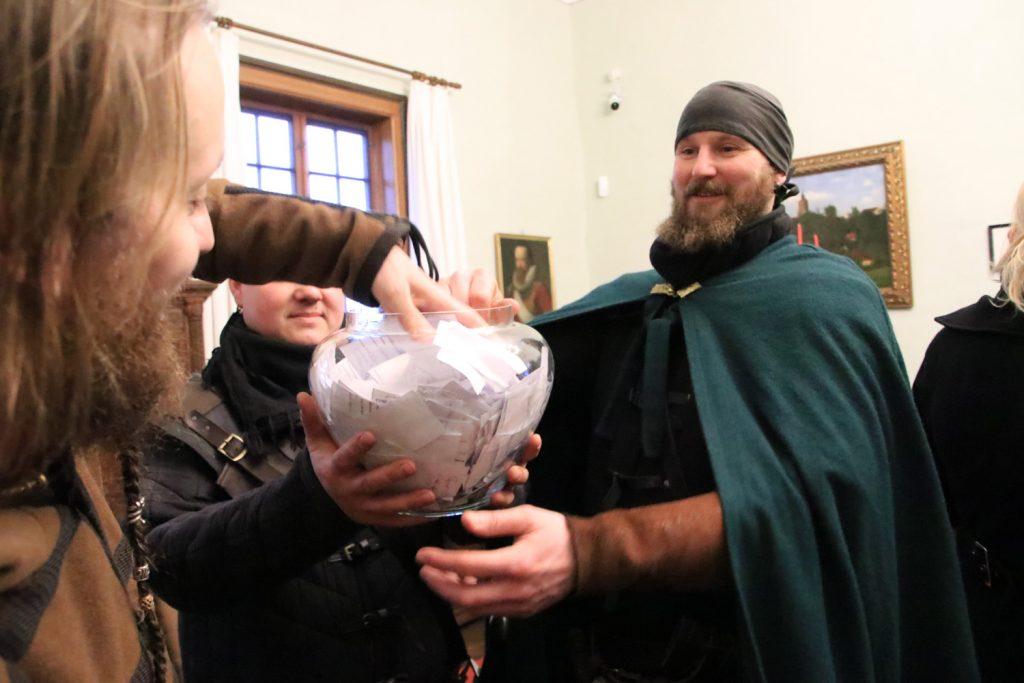 Die Ritter der Gefolgschaft zu Posterstein zogen die Gewinner des Kinderburg-Gewinnspiels 2019