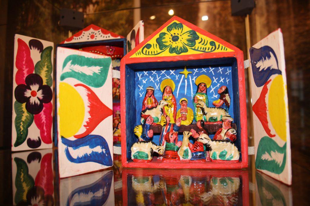 Farbenfrohes Retablo aus Peru aus der Sammlung des Museums Burg Posterstein.