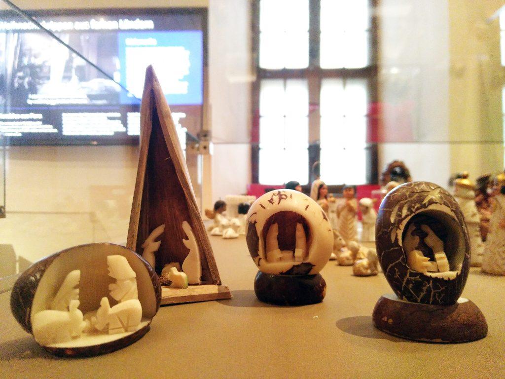 Südamerikanische Steinnuss-Krippen in der Postersteiner Ausstellung.
