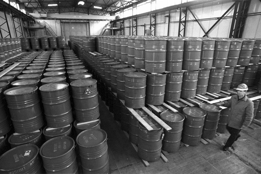 Fässer mit hochkonzentriertem Natur-Uran, Aufbereitungsanlage Seelingstädt, 1992 ©Foto: Jan-Peter Kasper