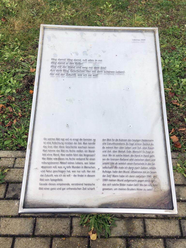 Fünf Texttafeln Vorort sowie eine Publikation, verfasst von Dr. Kristin Jahn, setzen das Wandbild in Bezug zur Geschichte des Bergbaus und zum jetzigen Standort. Die Tafeltexte sind in der Publikation abgedruckt.