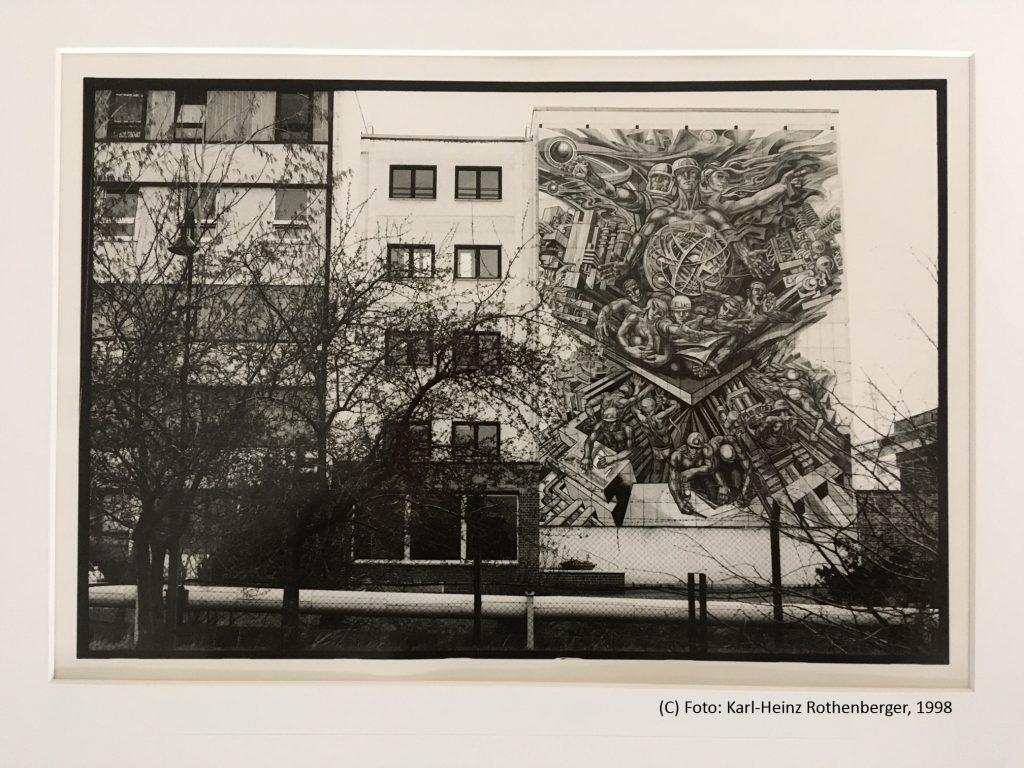 """Verwaltungsgebäude Paitzdorf ©Foto Karl-Heinz Rothenberger in der Ausstellung """"Landschaft nach der Wismut"""", im Museum Burg Posterstein 2020."""