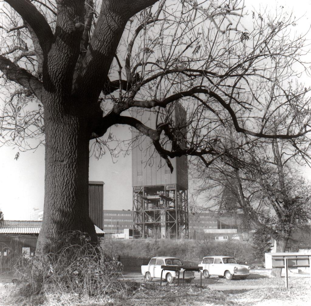 Löbichau, mit Förderturm des Schachtes Drosen. Der Schacht reichte unmittelbar an den Ort heran. ©Foto Hans Neupert, 1989