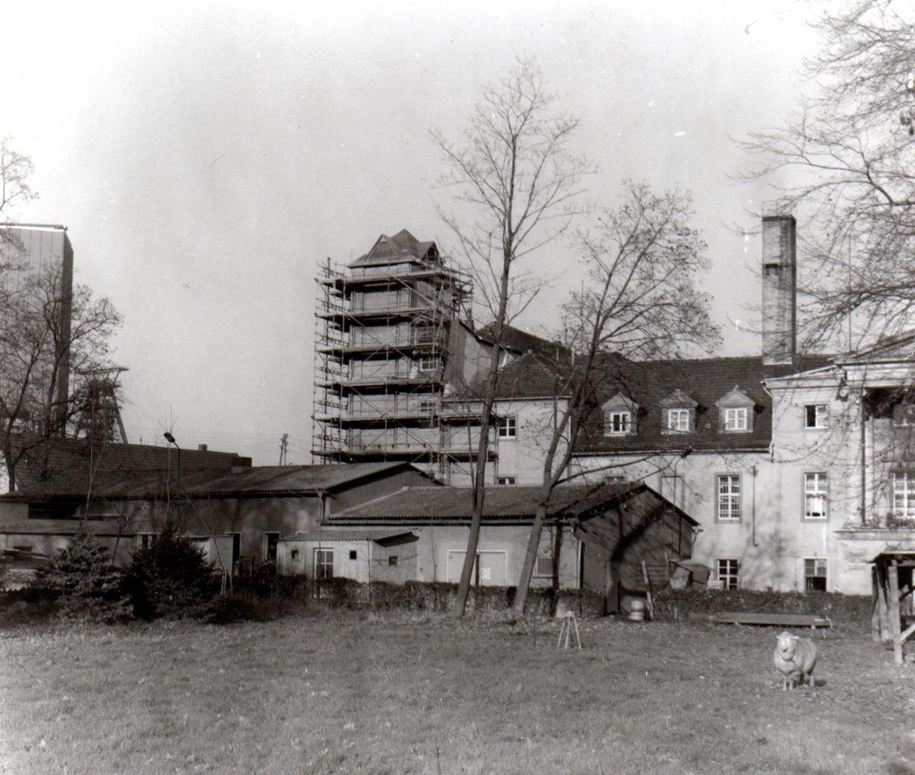 Schloss Löbichau, im Hintergrund links sieht man den Förderturm des Schachtes Drosen. ©Foto Hans Neupert, 1989