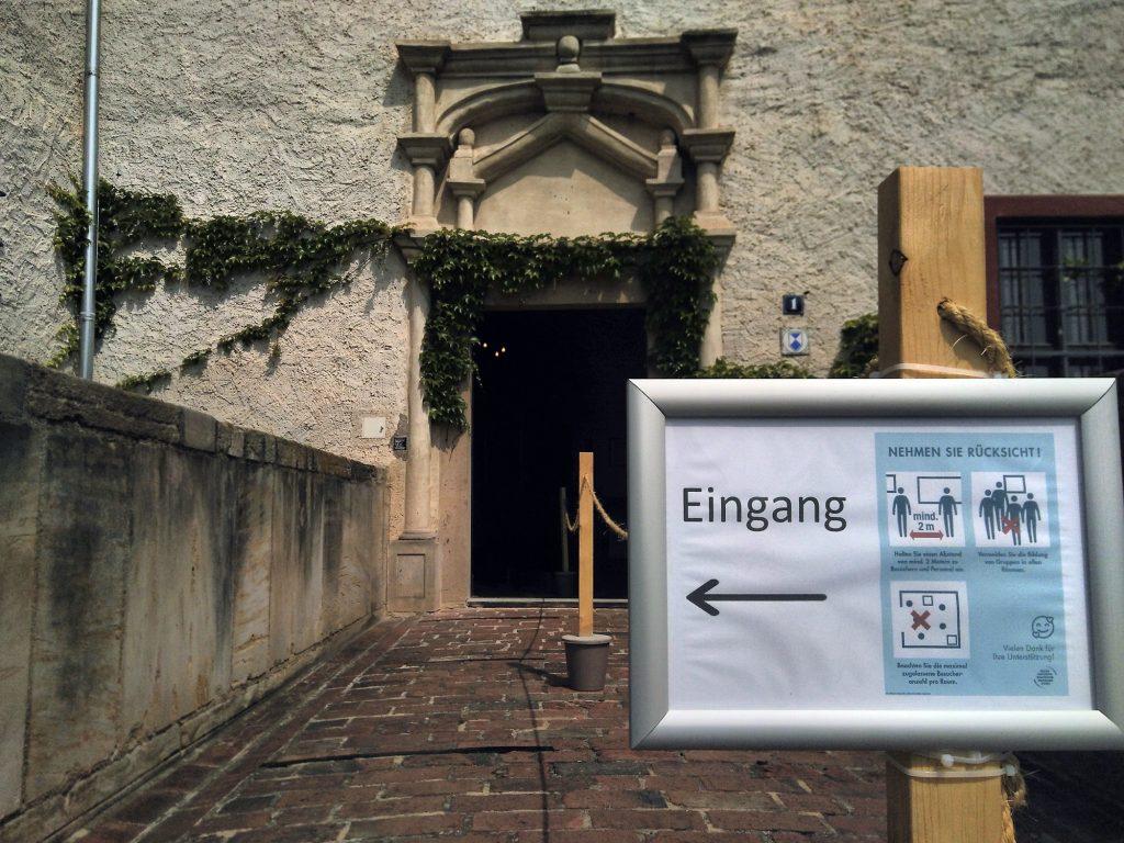 Das Hygiene-Konzept zur Eindämmung der Corona-Pandemie erfordert eine feste Besucher-Führung: Eingangsbereich zur Burg Posterstein mit Absperrkordeln.