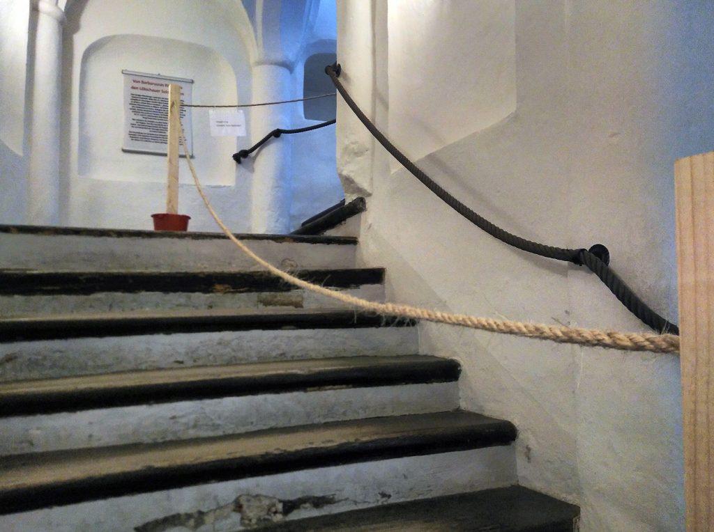 Wegeführung im Museum Burg Posterstein im Juni 2020 - Treppe mit Absperrkordel