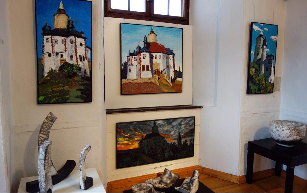 """Sein Werk """"Postersteiner Hausaltar"""" schuf Peter Zaumseil 2020 extra für die Sonderschau im Museum Burg Posterstein. Im Vordergrund sieht man Keramik von Ludwig Laser."""
