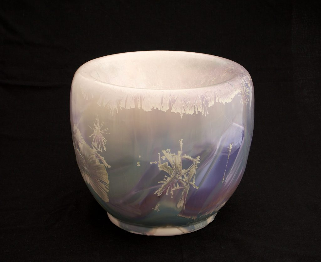 ein großes doppelwandiges Porzellangefäß des Thüringer Keramikers Ludwig Laser