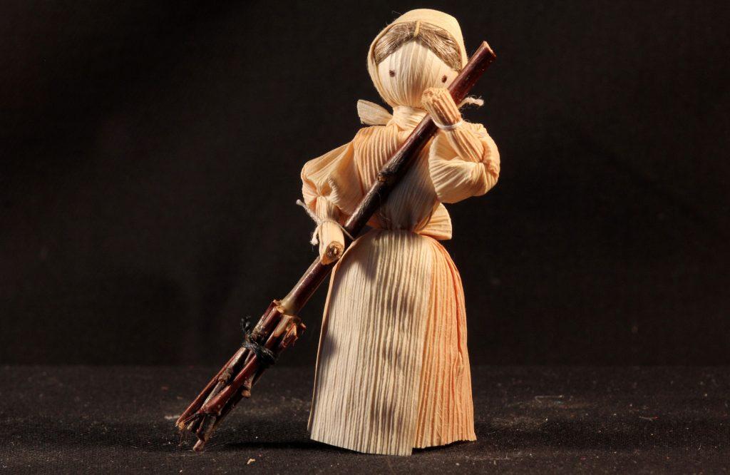 Frau mit Kehrbesen aus einer böhmischen Maisstroh-Krippe (Sammlung Museum Burg Posterstein)