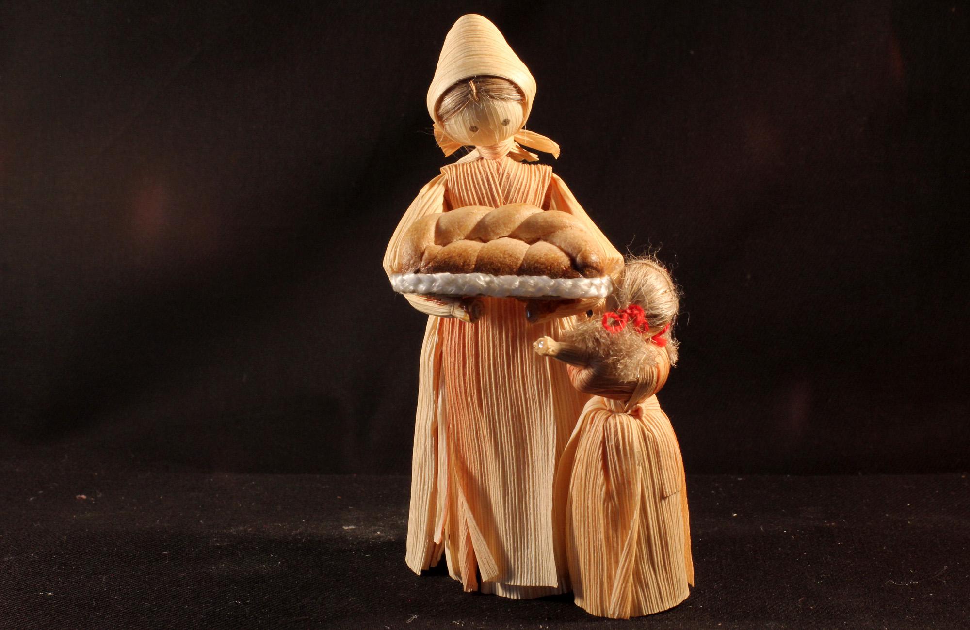 Frau mit frischen Backwaren und Kind - Figuren aus einer böhmischen Maisstroh-Krippe (Sammlung Museum Burg Posterstein)