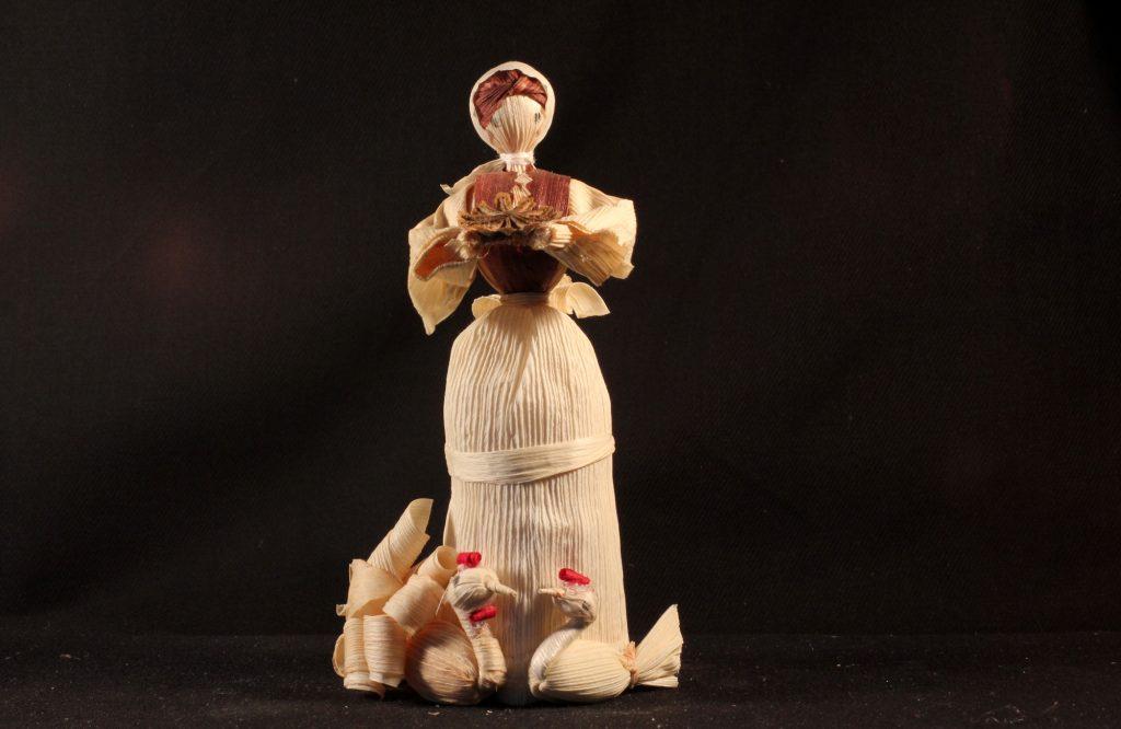 Mädchen mit Hühnern - Figur aus einer böhmischen Maisstroh-Krippe (Sammlung Museum Burg Posterstein)