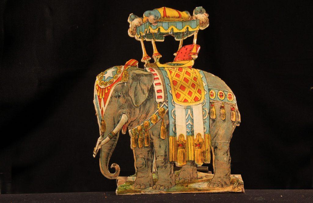Elefant besteht aus geprägtem Papier und Holz und ist Teil einer Krippenszene mit insgesamt 18 Einzelfiguren