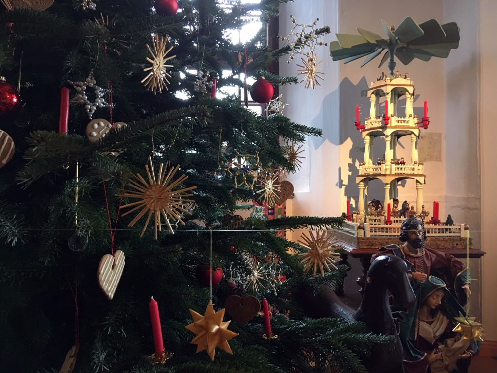 Weihnachtspyramide aus dem Erzgebirge, mit vier Ebenen, ca. 1,20 Meter hoch, in einer der jährlichen Weihnachtskrippenausstellungen des Museums (Sammlung Museum Burg Posterstein)