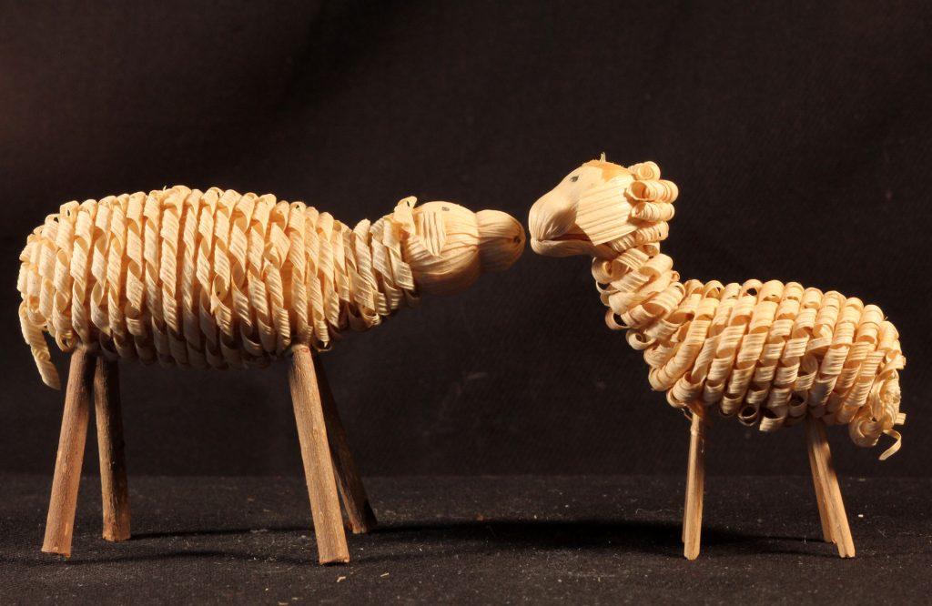 Zwei Schafe aus einer böhmischen Maisstroh-Krippe (Sammlung Museum Burg Posterstein, VI 84 K6/Ri)