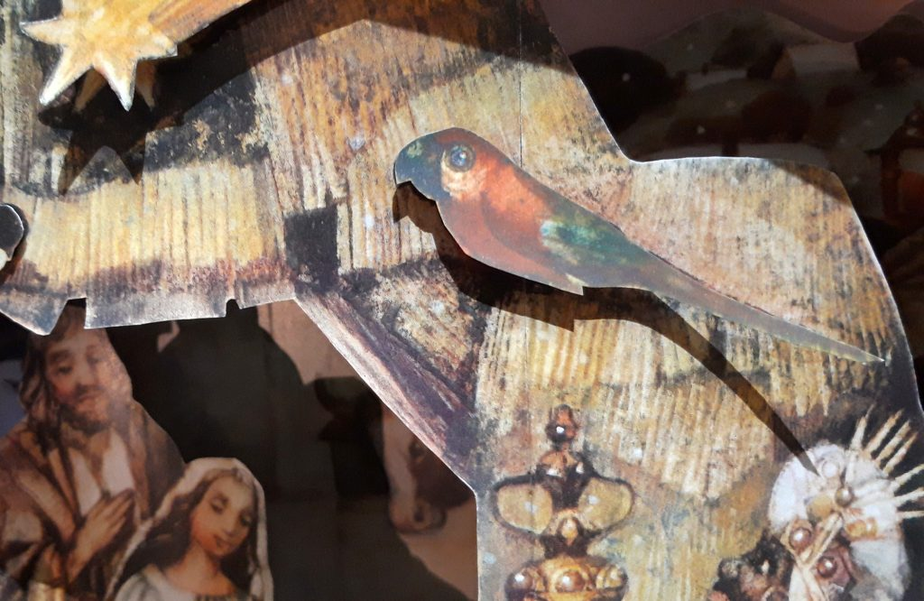 """Papierkrippe mit Papagei - gestaltet vom tschechischen Maler und Illustrator Karel Franta, erschienen 2014 im Granát-Verlag unter dem Titel """"Velký betlém"""" (Große Krippe)."""