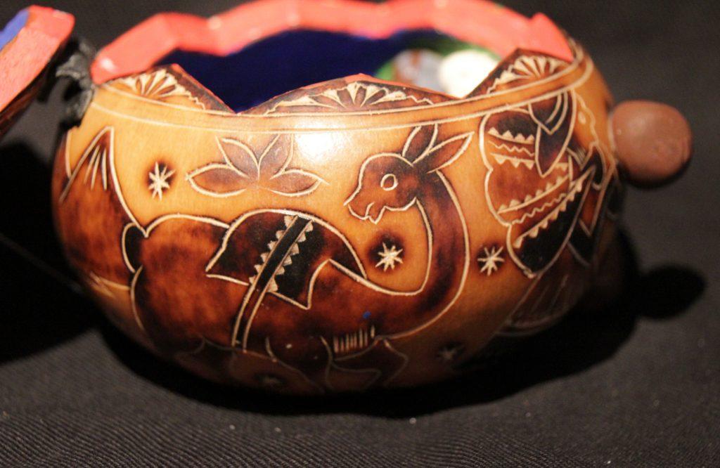 Diese peruanische Krippe ist in einen Kürbis hineingebaut (Krippensammlung, Museum Burg Posterstein)