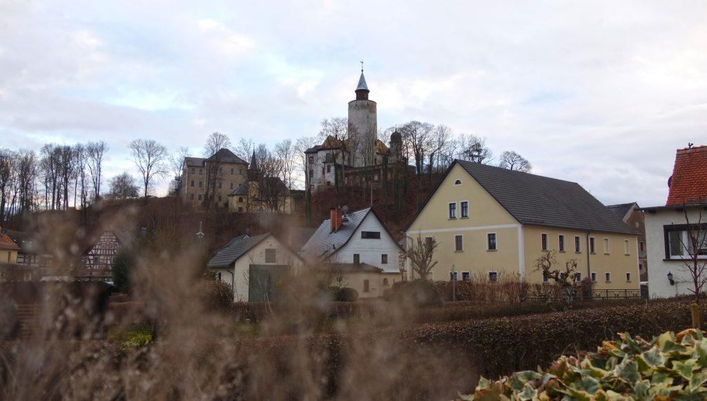 Blick auf Burg Posterstein und die Ruine des Nordflügels im Dezember 2021