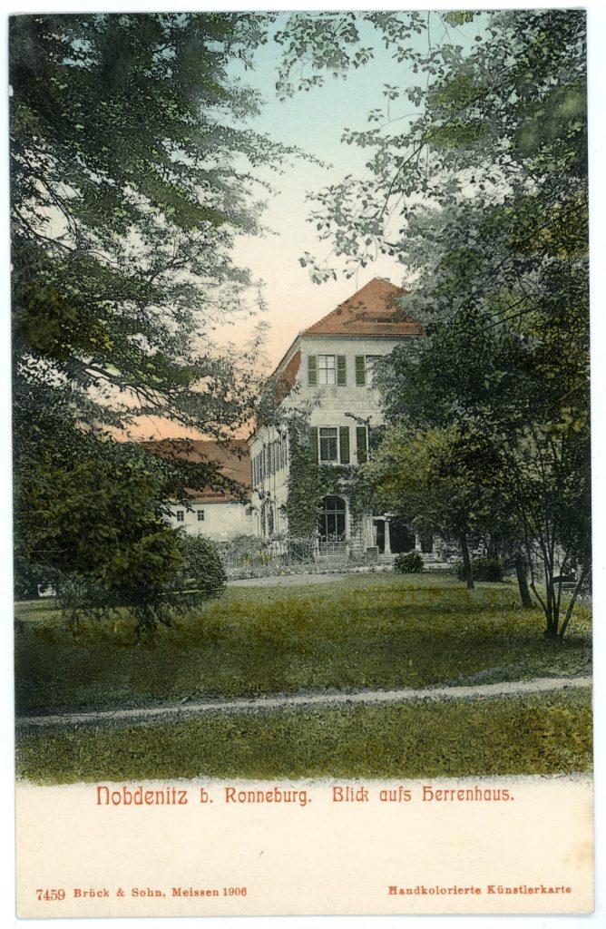 """Das heute nicht mehr vorhandene """"Neue Schloss"""" Nöbdenitz, in dem sich Hans Wilhelm von Thümmels Bibliothek befand. (Deutsche Fotothek, kolorierte Ansichtskarte, CC0 Europeana.)"""