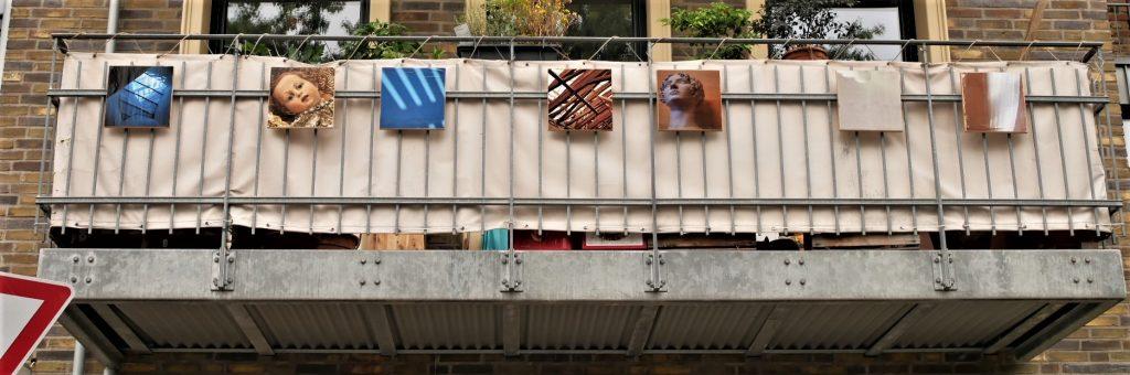Mit Fotos bedruckte Holzpanele schmücken einen Balkon in Köln