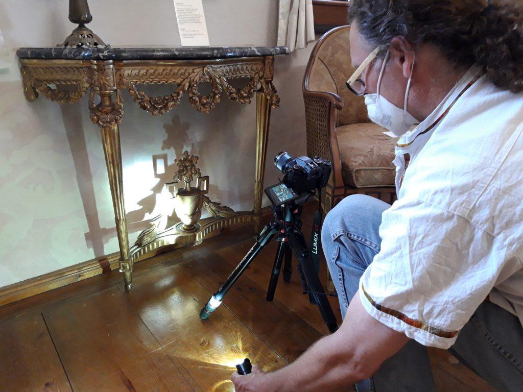 Wolfgang Stöcker im Juni 2021 bei der fotografischen Dokumentation im Museum Burg Posterstein