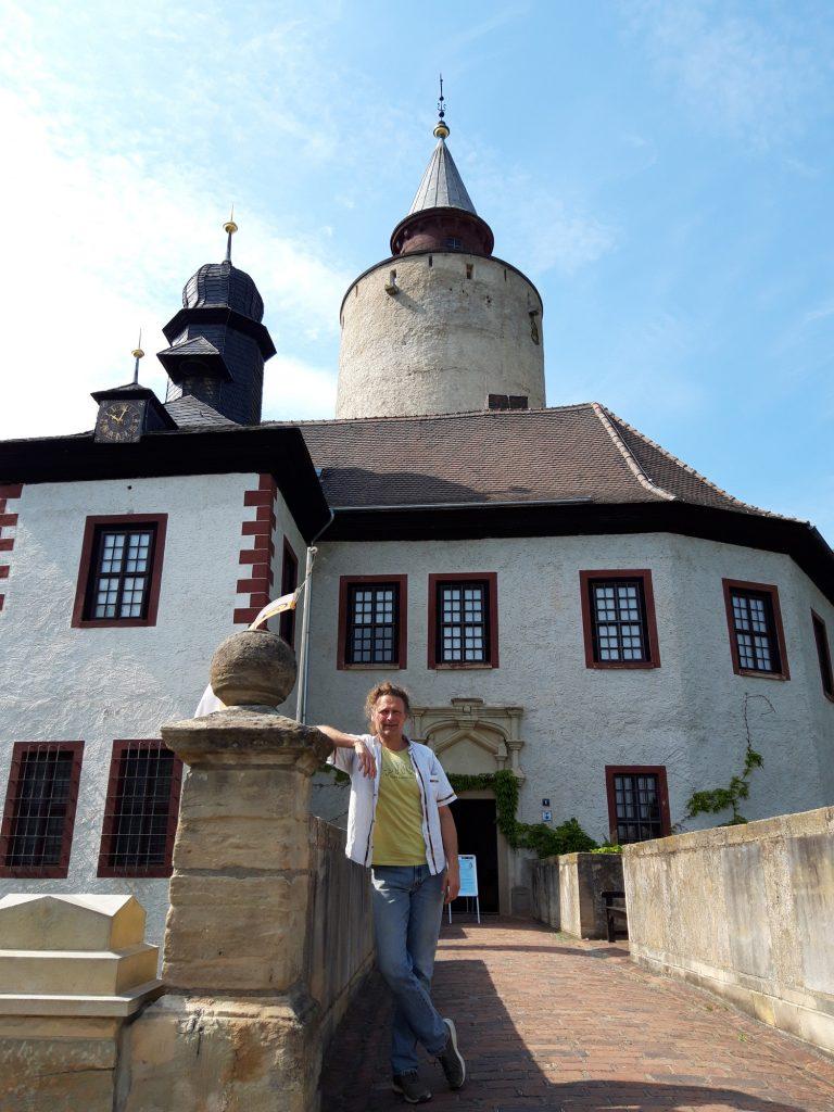 Wolfgang Stöcker im Juni 2021 vor der Burg Posterstein