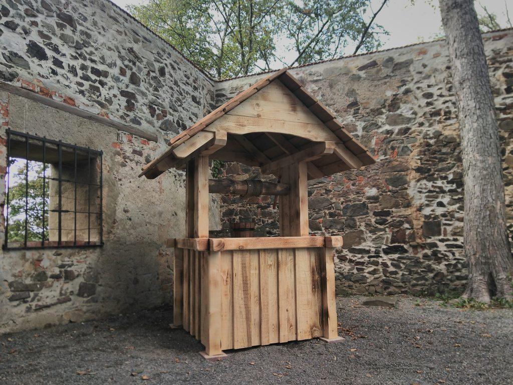 Nachgebauter Holzbrunnen auf dem Hof der Burg Posterstein